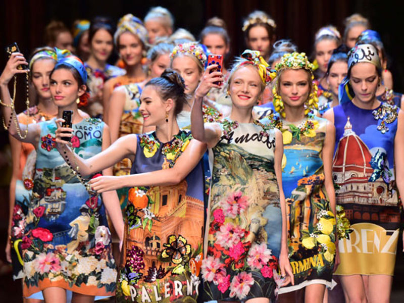 Models present creations for fashion house Dolce Gabbana during the women Spring / Summer 2016 Milan's Fashion Week on September 27, 2015 in Milan.   AFP PHOTO / GIUSEPPE CACACE