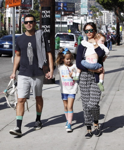 jessica-alba-and-family-go-to-real-food-daily_1.bin