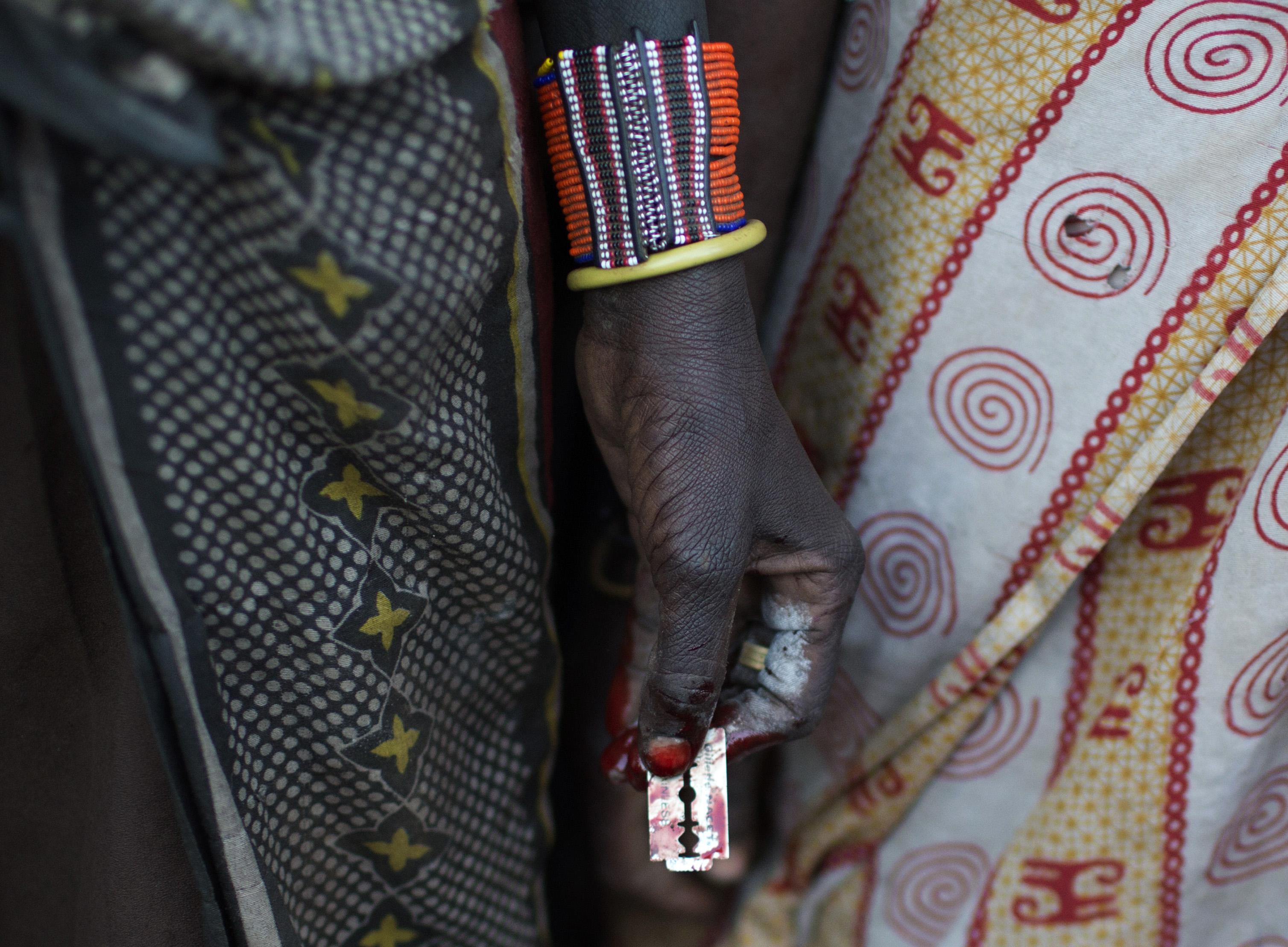 Žena iz plemena Pokot u ruci drži žilet za obrezivanje djevojčica u gradu Marigatu u Keniji