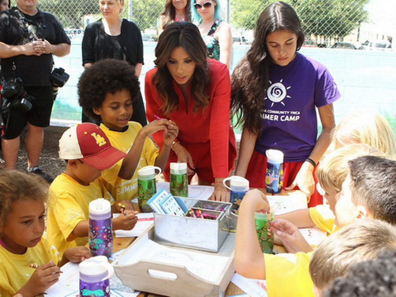 brita-and-eva-longoria-help-kids-choose-water-at-burbank-ymca-special-event-3.bin