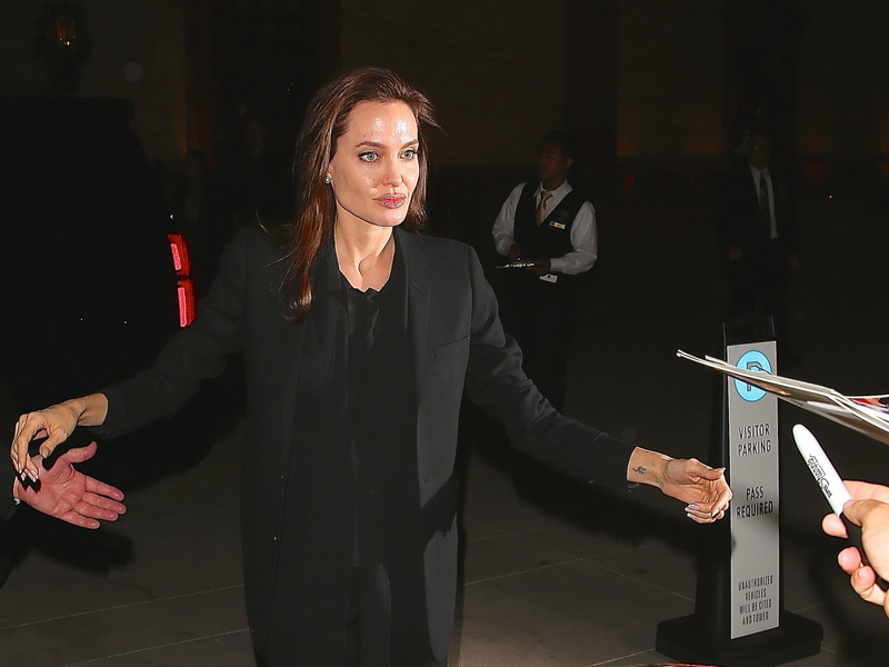angelina-jolie-meets-fans-wrapped-in-black-clothes.bin