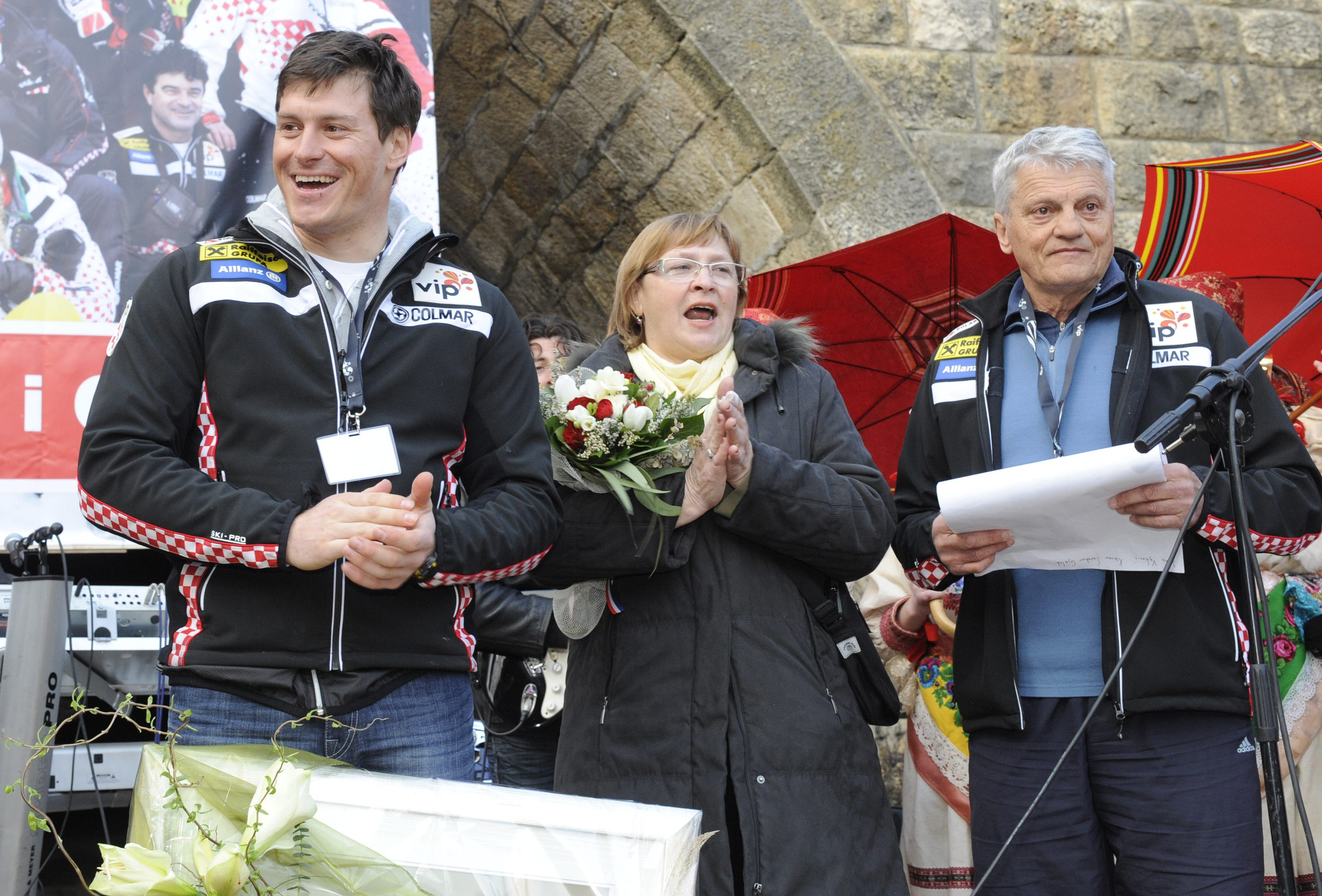 Zagreb, 210311. Gracani. Mnogi gradjani docekali su Ivicu Kostelica, svjetskog prvaka u skijanju. Na slici: Ivica i Ante Kostelic. Foto: Damir Krajac / CROPIX
