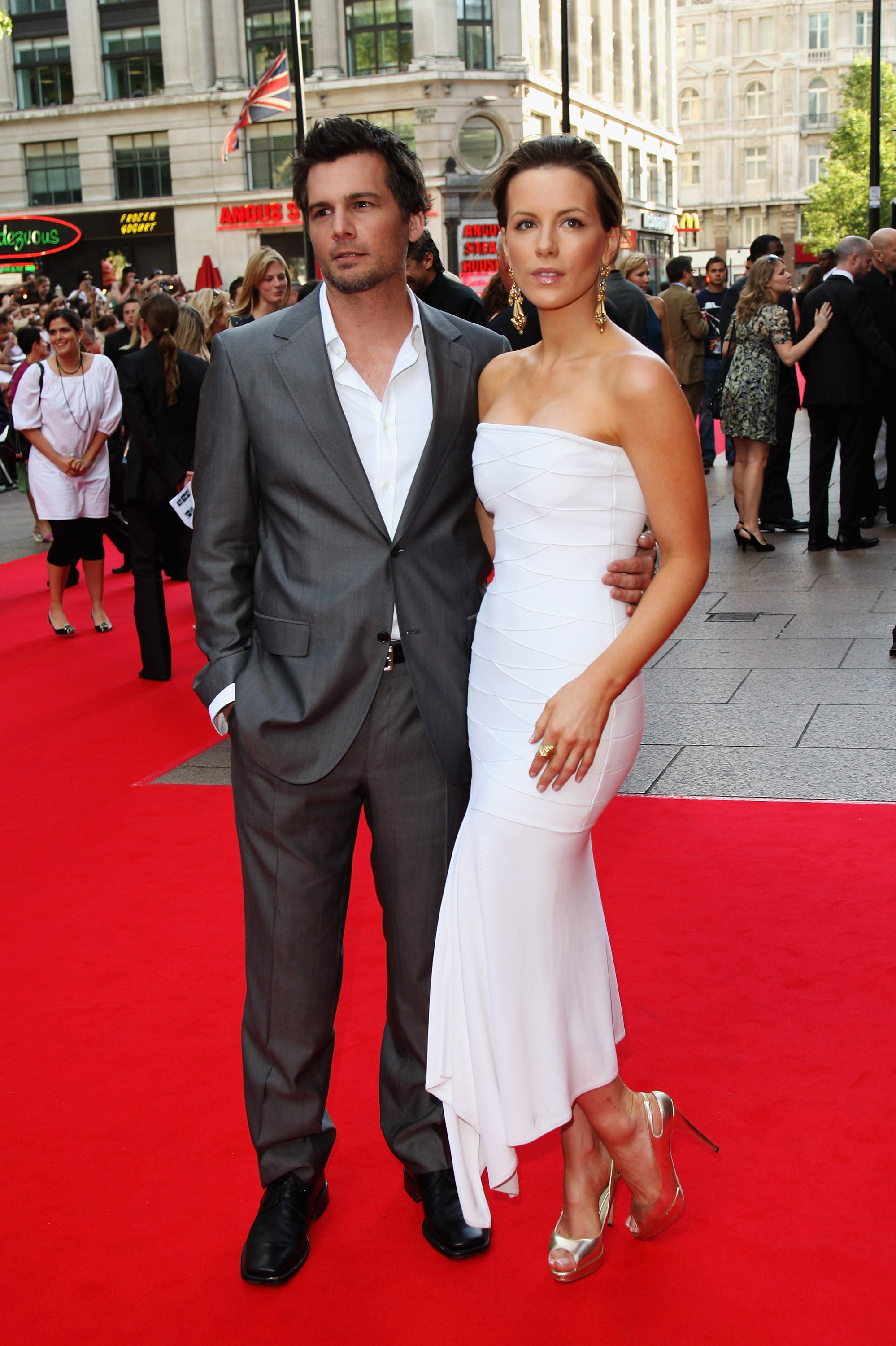 LONDON - JUNE 20:  Director Len Wiseman and actress Kate Beckinsale attend the UK premiere of 'Die Hard 4.0' held at the Empire Leicester Square on June 20th, 2007 in London, England.  (Photo by MJ Kim/Getty Images)