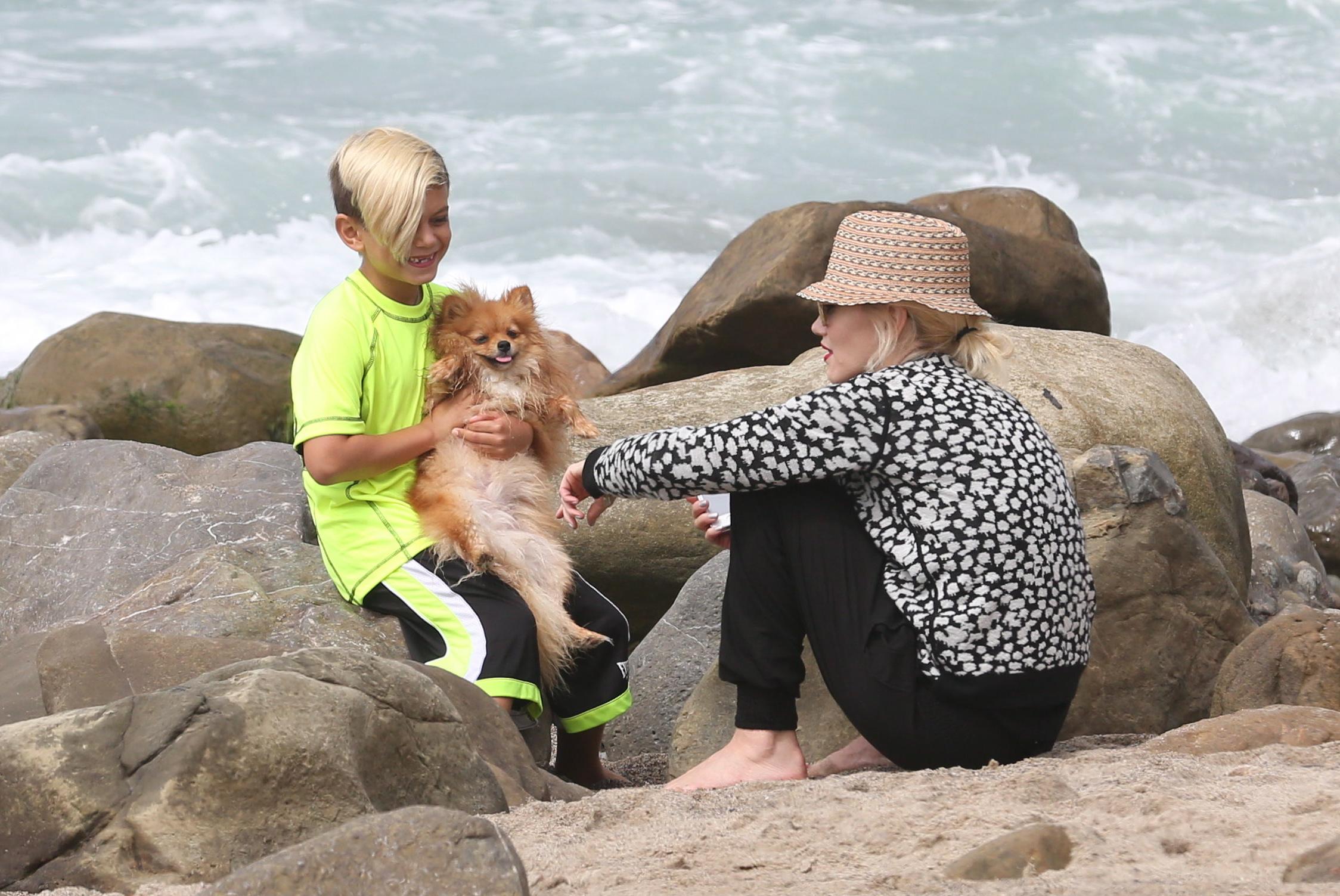 exclusive-gwen-stefani-has-a-fun-beach-day-with-kingston-and-zuma-part-2.bin
