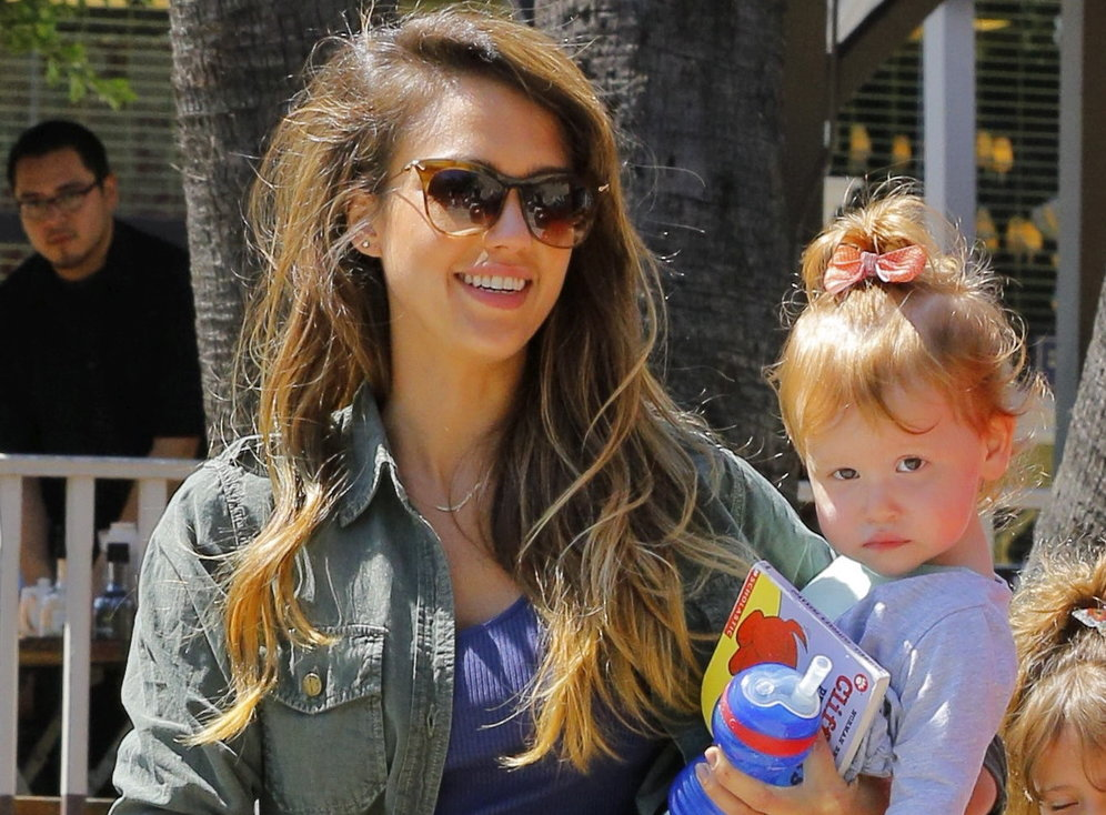 jessica-alba-out-with-her-girls-leaving-breakfast-part-3-2.bin