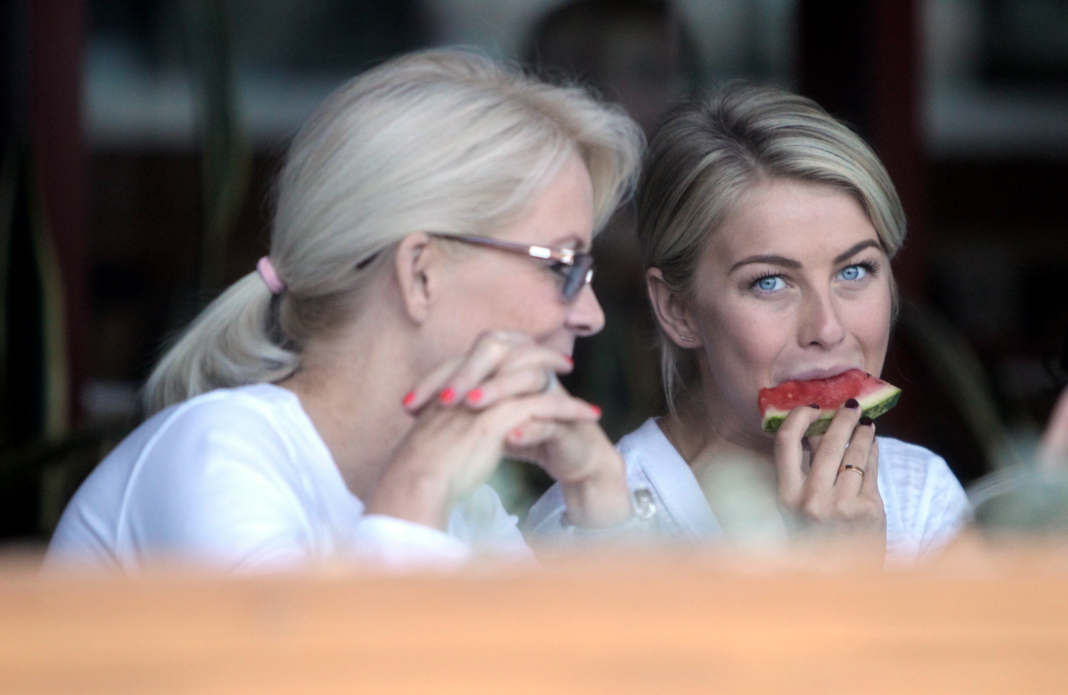julianne-hough-treats-her-mom-to-lunch
