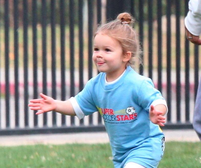 exclu-harper-beckham-has-her-first-goal-2.bin