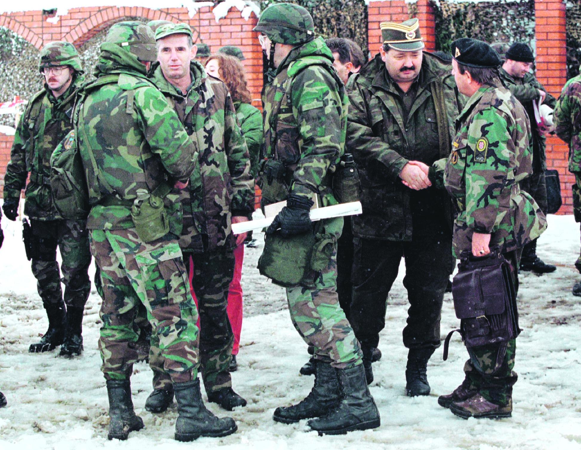 Arhivska fotografija: General HVO-a Đuro Matuzović (skroz desno) rukuje se s generalom vojske bosanskih Srba Novicom Šimićem (desno), a američki general Willams Nash (okrenut leđima, u sredini) razgovora sa pukovnikom Armije BiH Muharemom Efendićem