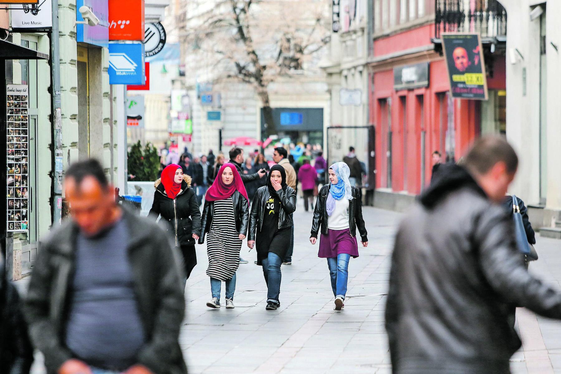 Sarajevo, 291016. Sve vise arapskih zemalja kupuje zemljista u Bosni i Hercegovini. Na fotografiji mlade muslimanke u hidzabu. Foto: Danijel Soldo / CROPIX