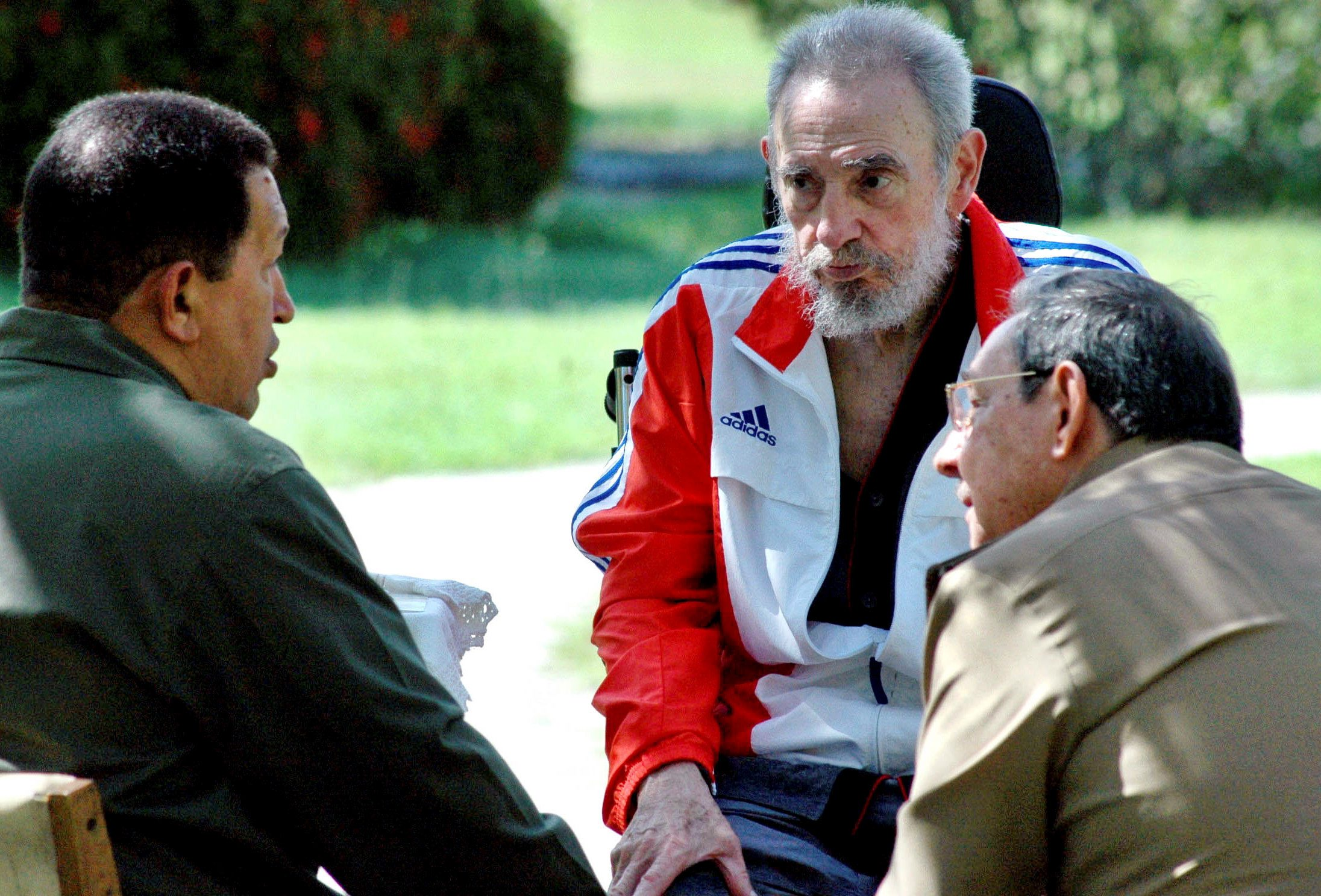 Former Cuban President Fidel Castro listens during a meeting with his brother Cuban President Raul Castro (R) and Venezuela's President Hugo Chavez (L) in Havana in this June 17, 2008 file photo. REUTERS/Estudios Revolucion/Handout/File Photo      ATTENTION EDITORS - THIS IMAGE WAS PROVIDED BY A THIRD PARTY. EDITORIAL USE ONLY.