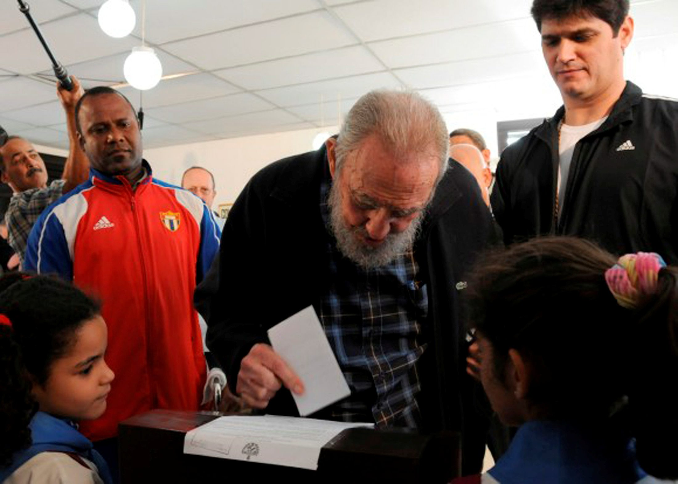 Former Cuban leader Fidel Castro (C) casts his ballot at a polling station in Havana in this February 3, 2013 file photo provided by Cubadebate. REUTERS/Ismael Francisco/Cubadebate/Handout/File Photo       ATTENTION EDITORS - THIS IMAGE WAS PROVIDED BY A THIRD PARTY. EDITORIAL USE ONLY.
