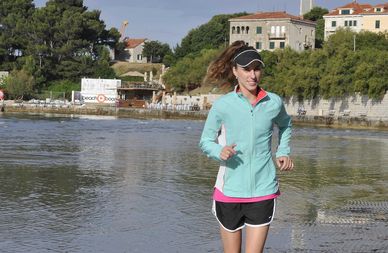 Split, 030616.  Nikolina Sustic, ultramaratonka, svoj jutarnji trening odradjuje na popularnoj plazi Bacvice. Foto: Mario Todoric / CROPIX
