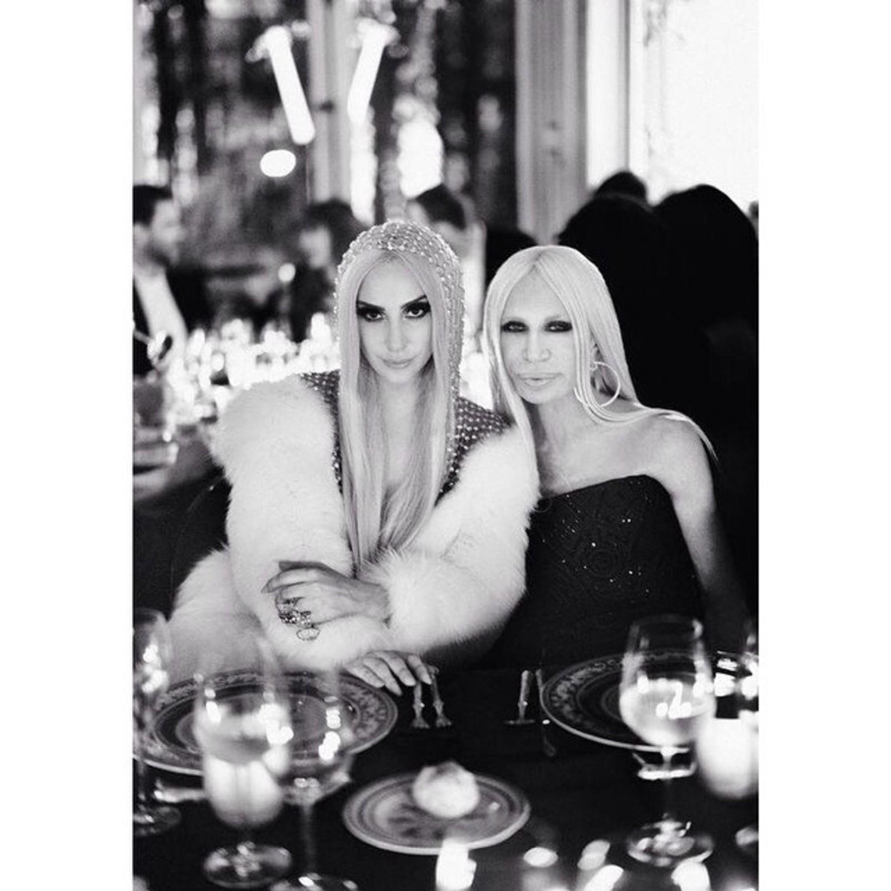 Sie koennten Mutter und Tochter sein. Popstar Lady Gaga und Designerin Donatella Versace haben einiges gemeinsam-das Aussehen, italienische Wurzel und einen ordentlichen Touch Extravaganz.Naja, wer weiss? // This could be mother and daughter. Popstar Lady Gaga and designer Donatella Versace have something in common - the look, Italian roots and a big touch of extravagance. Well, who knows?, Image: 217282553, License: Rights-managed, Restrictions: , Model Release: no, Credit line: Profimedia, Face To Face A