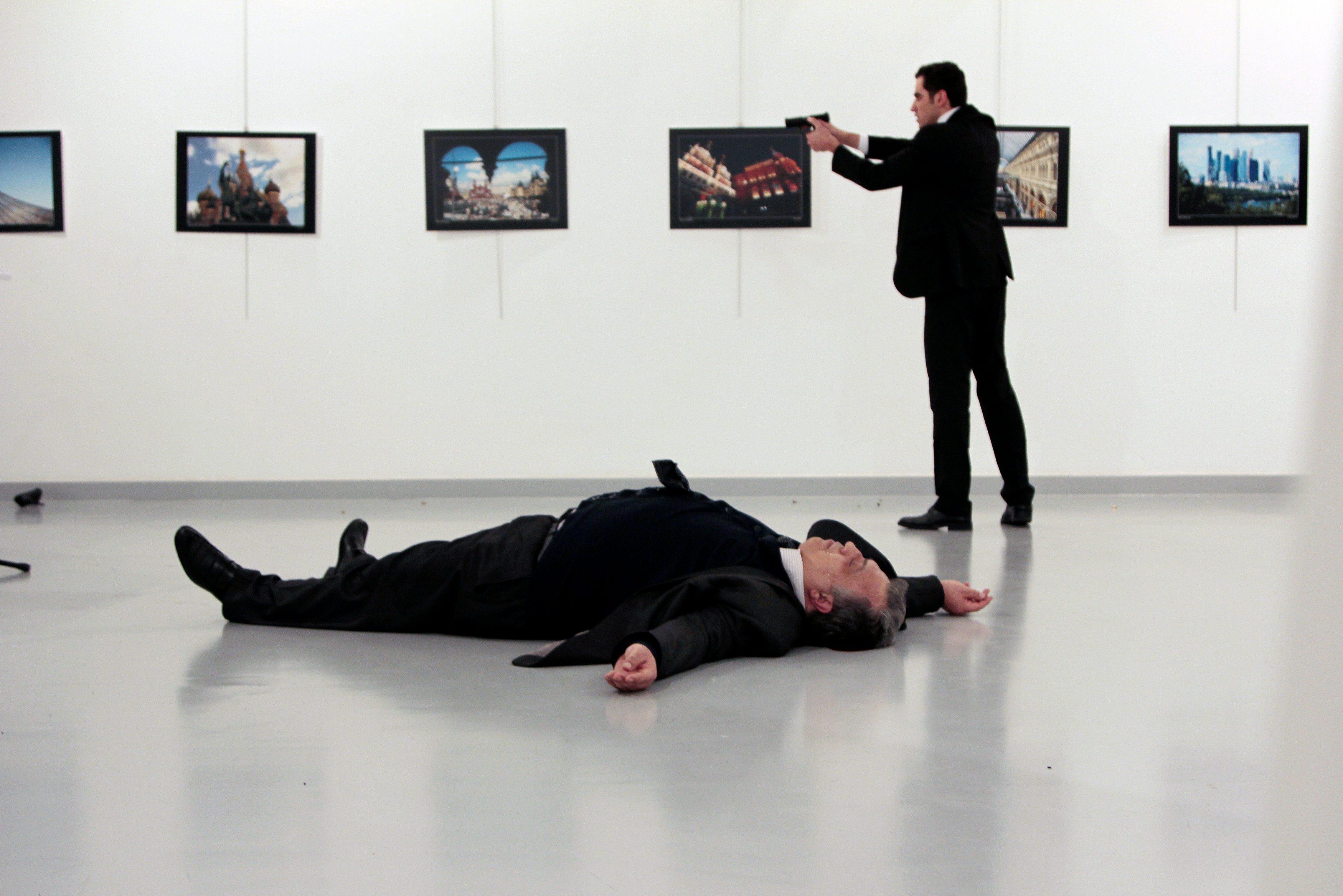 Napadač stoji iznad teško ranjenog, kasnije preminulog ruskog veleposlanika Andreja Karlova