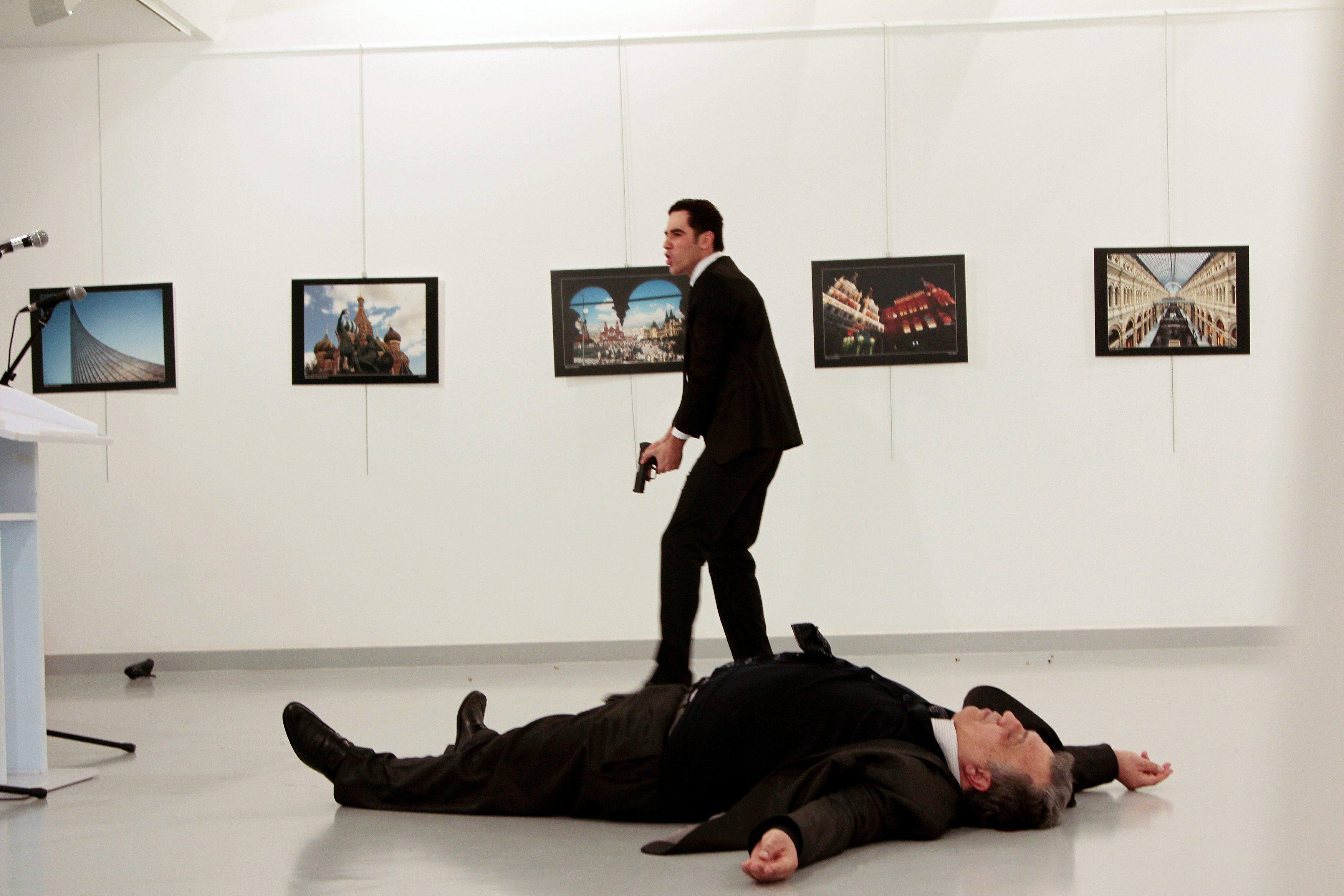 Atentator s pištoljem stoji iznad ruskog veleposlanika Andreja Karlova koji leži na podu
