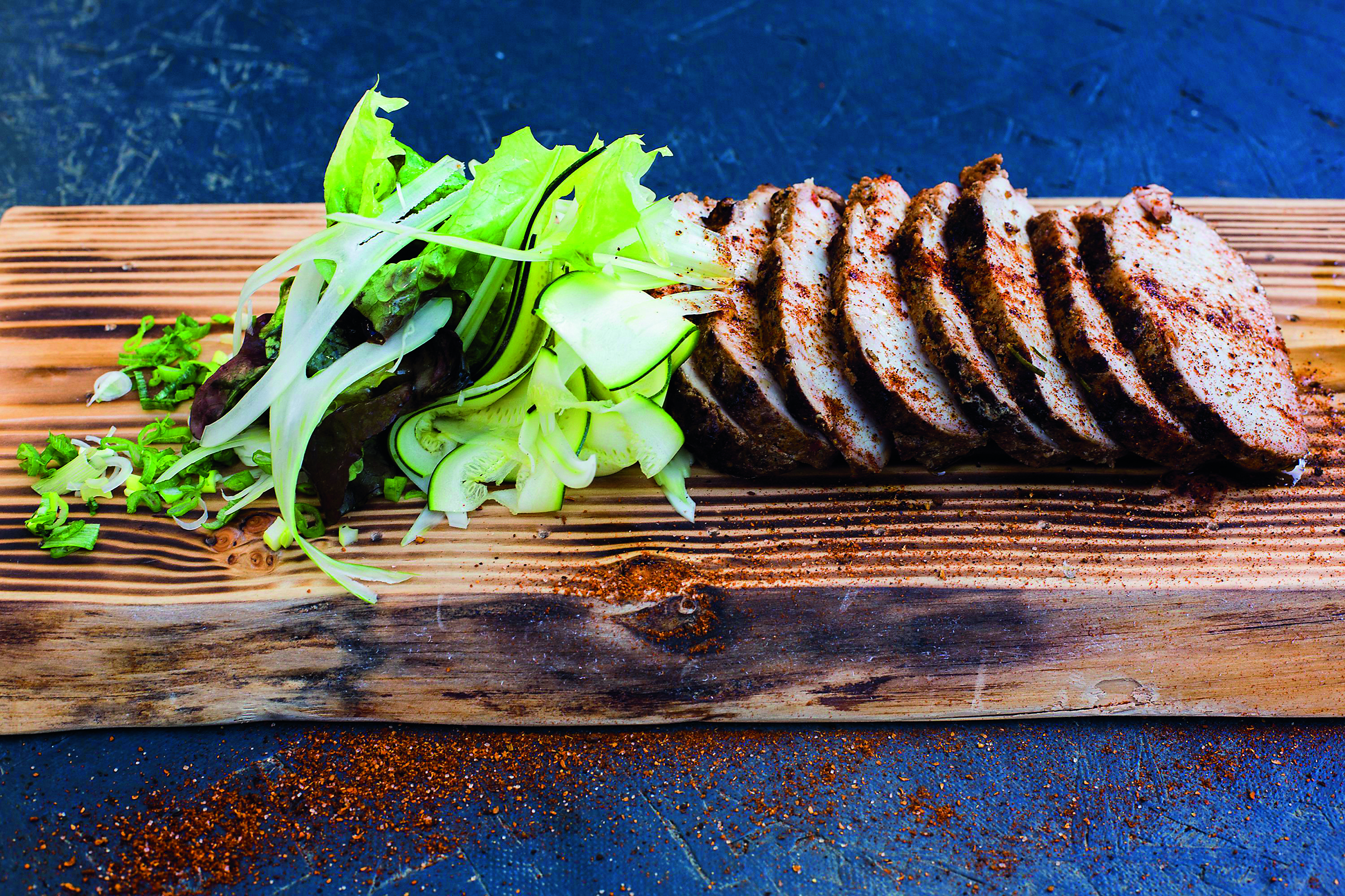 Zagreb, 221116. Tvrtko Sakota iz Rougemarina pripremio je pecenke za svecani blagdanski stol. Ta mesa marinirana i pripremljena za pecenje mogu se izmedju ostale mesne ponude kupiti u njihovoj mesnici Sandoku u neposrednoj blizini restorana. Foto: Berislava Picek/ CROPIX
