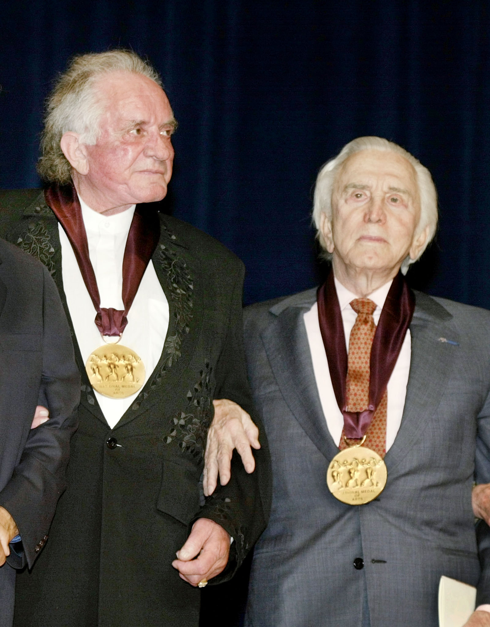 Singer Johnny Cash (L) and actor Kirk Douglas stand together after receiving the National Medal of Arts from U.S. President George W. Bush in Washington, April 22, 2002. The president and first lady attended the event. REUTERS/Larry Downing  LSD/ME - RTR43JB