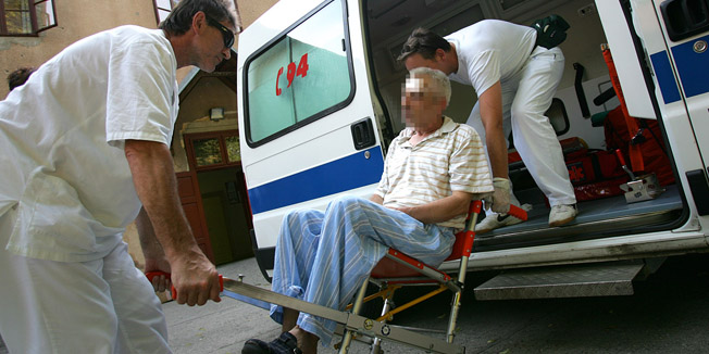 osijek 21.06.2007.hitna pomoc intervenirala je u dom za umirovljenike u divaltovoj 2,gdje je umirovljenik ozljedjen nakon sto je zbog vrucine i slabosti paofoto igor sambolec / CROPIX-desk--reg-