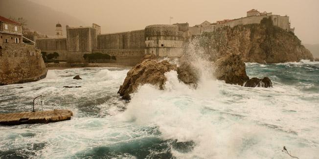 Dubrovnik, 230316.Jako Jugo donijelo je Dubrovcanima snazne valove, ali i izrazito gusti pustnjski, sitne cestice pijeska sa sjevera Afrike.Foto: Tonci Plazibat / CROPIX