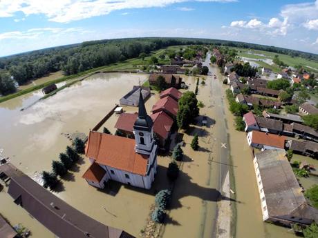 Rajevo Selo, 200514.Poplava je u Rajevu selu potopila 80 posto od 850 kuca.Na fotografiji: poplavljeno Rajevo Selo.Foto: Robert Fajt / CROPIX