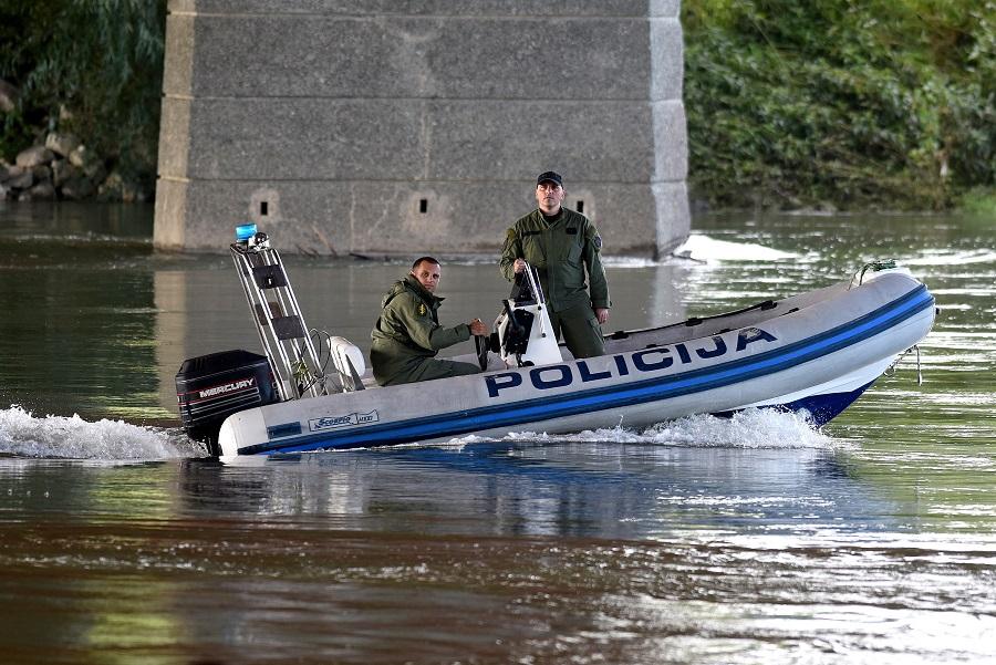 Zagreb, 280814.Rijeka Sava.Policajci i djelatnici HGSS-a i dalje pretrazuju dno rijeke Save kako bi pronasli automobil koji je upao u rijeku.Foto: Goran Mehkek / CROPIX