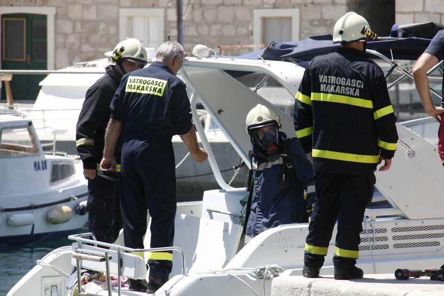 Makarska, 170711.Pozar koji je izbio oko 12 sati nakon eksplozije benzinskih para u motoru glisera koji je natocio gorivo na  benzinskoj postaji  INA-e u Makarskoj gradskoj luci ugasili su djelatnici INA-e, a pripadnici DVD Makarska osigurali su pozariste. Tri osobe koje su bile na gliseru eksplozija je odbacila u more, dvoje su s nepoznatim ozljedama odvedeni u Hitnu pomoc u Makarskoj. Veca tragedija je izbjegnuta zahvaljujuci brzoj reakciji Gorana Prodana i Josipa Jurcevica, djelatnika INA-e i usput dobrovoljnih vatrogasaca DVD-a Makarska.Na slici: Vatrogasci saniraju pozar.Foto: Ivo Ravlic / CROPIX
