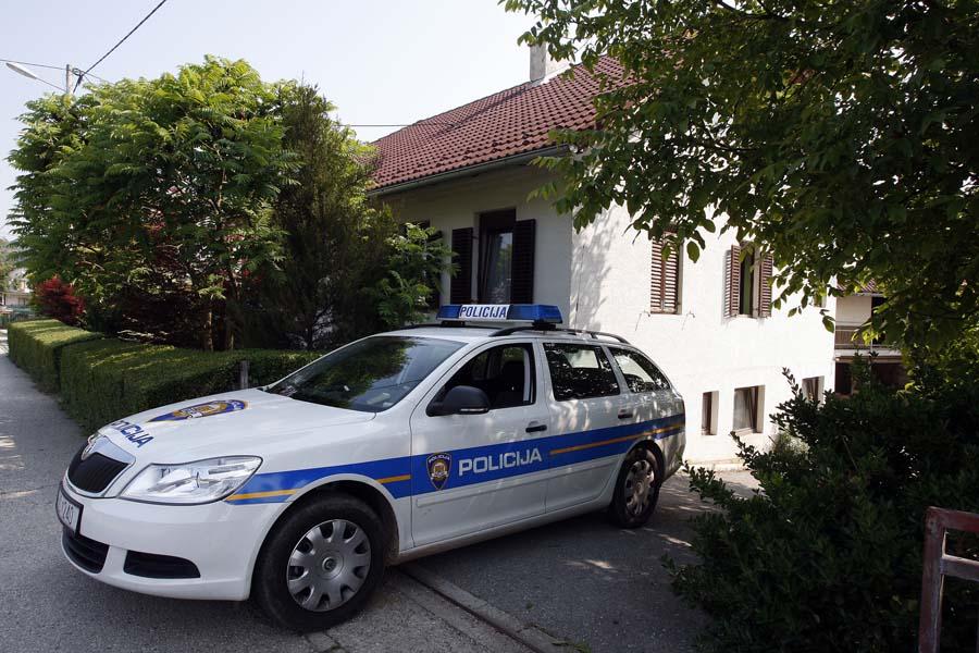 Veliko Trgovisce, 200511.U kaficu Capar  ubijen je 58 godisnjak, ranjen je 35 godisnjak. 24 godisnji ubojica je u bjegu.Na slici: policija ispred kuce od ubojice.Foto: Davor Pongracic / CROPIX