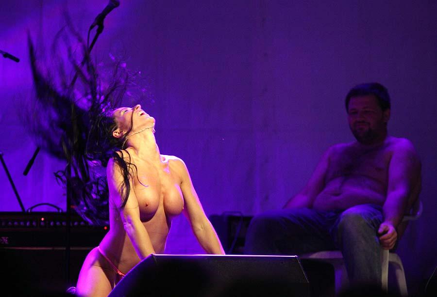 Varazdin, 150711.U Vinici pored Varazdina odrzava se deveta po redu motorijada u organizaciji MK Bombelles iz Vinice.Motorijada u Vinici vec je tradicionalno poznata po dobroj glazbi i provodu za bikere, te je prvi dan odrzan koncert zagorske pop atrakcije Zadruga te sexy erotic show.Na slici sexy erotic show.Foto: Andrej Svoger / Cropix