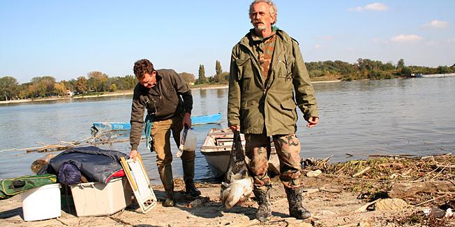 Batina, 091010.Reportaza iz Batine, Dunav nakon ekoloske katastrofe u Madjarskoj.Zdenko Foric upravo se vracao iz ribolova na Dunavu kod Batine i pohvalio se ulovom, otrova se u Dunavu ne boji jer misli kako je to velika i prejaka rijeka .Foto: Dorian Horvat / Cropix