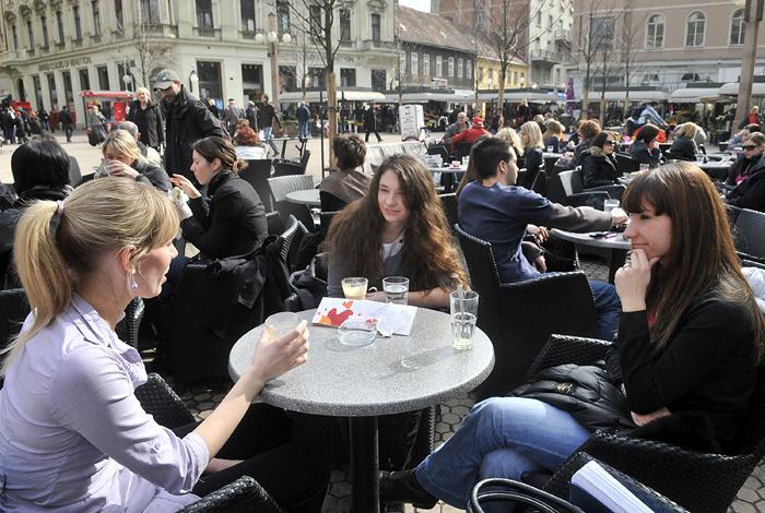 Zagreb, 240210. Cvjetni trg.Sunce i toplo vrijeme izmamilo je ljude da kavu popiju vani na terasi kafica.Foto: Bruno Konjevic / CROPIX
