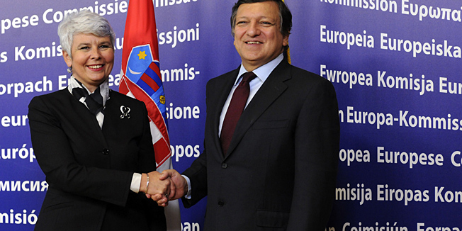 European Union Commission President Jose Manuel Barroso (R) shakes hand with Croatia's Prime Minister Jadranka Kosor (L) prior to their meeting at the EU Commission headquarters in Brussels, on October 25, 2010.  Croatia welcomed on October 25 a European Union decision to examine Serbia's candidacy for admission, saying it would help stability in the volatile Balkans region, the foreign ministry said. Croatia is the most advanced on the path towards joining the EU, hoping to gain admission to the 27-nation bloc by 2012.AFP Photo/Thierry Charlier