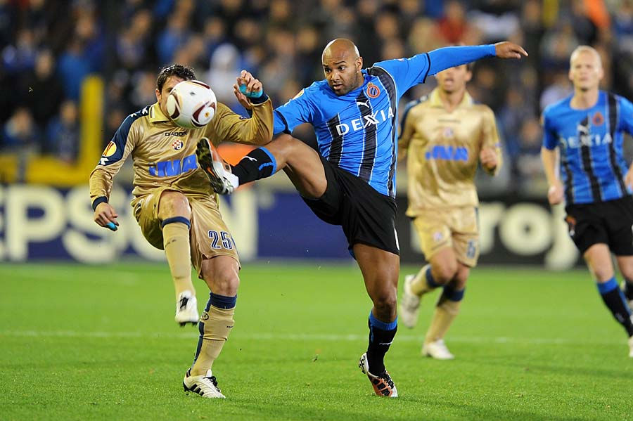 Dinamo Zagreb's Leandro Cufre (L) and Club Brugge's Wilfried Dalmat (R) fight for the ball during their group D Europa League football match, between Belgian football Club Brugge and Croatian Dinamo Zagreb, in Bruges on November 4, 2010, the fourth day of the group stage. AFP PHOTO / BELGA / BRUNO FAHY - YORICK JANSENS