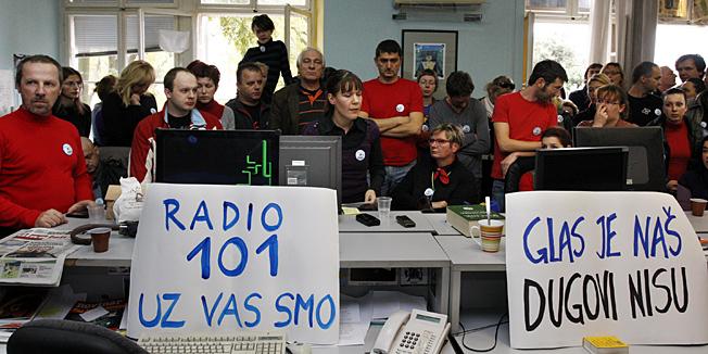 Pula, 071110.Novinari, fotoreporteri, graficari i ostalo tehnicko osoblje Glasa Istre od danas su u strajku jer je uprava najavila sindikatu otpustanje trecine zaposlenika. Uprava ce uz pomoc sudske odluke (dvadeset radnika je dobilo radnu obavezu) pokusati izdati novine. Na slici je redakcija u strajku.Foto: Goran Sebelic / CROPIX