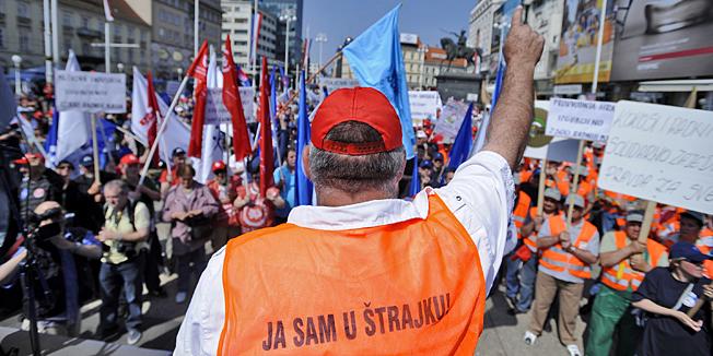 Zagreb, 010510.Trg bana Josipa Jelacica.Umjesto uobicajenih proslava 1. svibnja, Medjunarodnog praznika rada, sindikati su danas na trgovima najvecih hrvatskih gradova organizirali prosvjede protiv neodrzivog gospodarskog i socijalnog stanja u zemlji. Na glavnom zagrebackom trgu okupilo se oko 500 prosvjednikaNa fotografiji: sindikalac iz PPIV-a.Foto: Vjekoslav Skledar / CROPIX