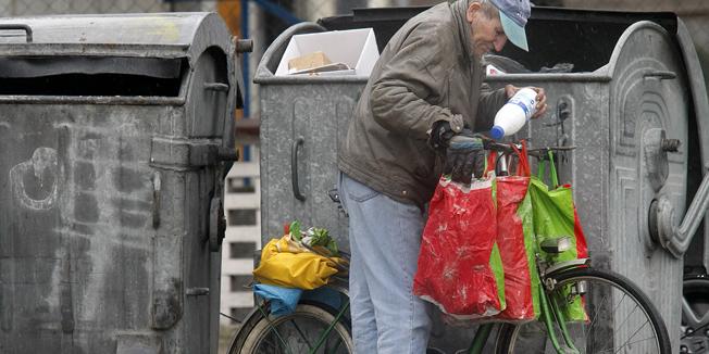 Zagreb, 110308.Odluka o komunalnom redu i dalje je glavni predmet rasprave u metrpoli. Gradonacelnik Milan Bandic priznao je da njihova najnovija odluka nije u potpunosti razraðena, te najavio da ce pogreke ispraviti. Naime, od srpnja ove godine trebao bi stupiti na snagu novi komunalni red koji ce najvise pogoditi one gradjane koji prezivljavaju skupljanjem plasticnih i staklenih boca, a kontraverzna odluka je u Zagrebu digla prasinu. Novi pravilnik tako zabranjuje prekopavanje po kantama za smece, a one gradjane koje komunalni redari uhvate na licu mjesta kaznit ce sa 300 kuna.Foto: Elvir Tabakovic / CROPIX