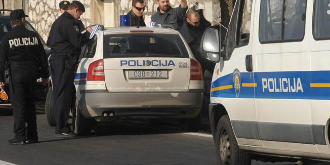 Dubrovnik, 221109.Jutros je 59-godisnji stanovnik Plata pocinio samoubojstvo, najvjerojatnije rucnom bombom.Na slici: Policija je jos na uvidjaju tragicnog dogadjaja.Foto: Zeljko Tutnjevic / CROPIX