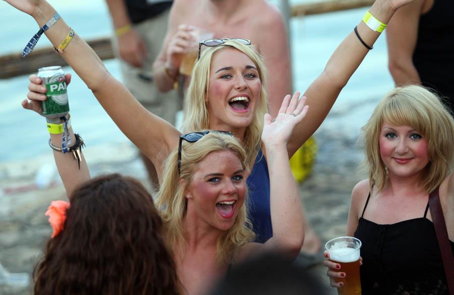 Tisno, 050712.Drugi dan glazbenog festivala Garden Festival koji se ove godine odrzava na plazi kraj mjesta Tisno u Sibensko - kninskoj zupaniji. Festival je kao i svake godine privukao veliki broj mladih iz Velike Britanije.Foto: Jure Miskovic / CROPIX