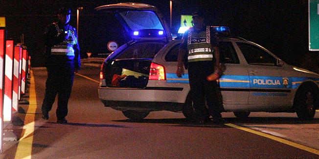 Zagreb, 240712.Na autocesti A2, izmedju Zapresica i cvora Mokrice, doslo je do naleta osobnog vozila na osobu. Zbog prometne nesrece, promet je obustavljen na tom dijelu autoceste.Foto: Ranko Suvar / CROPIX