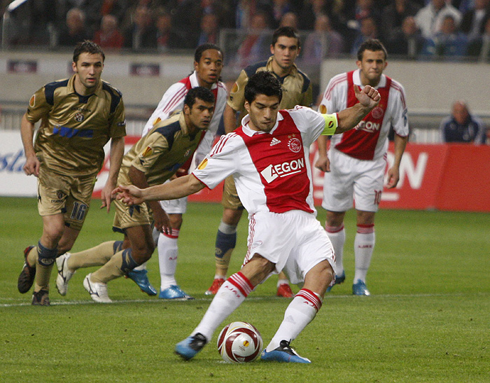 Luis Suarez of Ajax Amsterdam scores from a penalty kick against Dynamo Zagreb during their Europa League soccer match at the Amsterdam Arena October 22, 2009.    REUTERS/Michael Kooren (NETHERLANDS SPORT SOCCER)