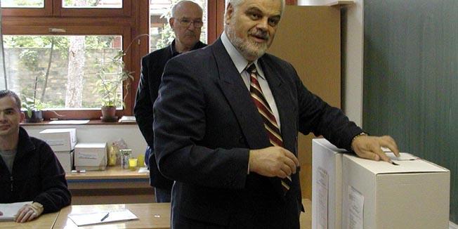 vukovar,200505-pokhdz-u apsolutna vlast u 9 a sdss-u 2 opcine-vojislav stanimirovic na glasovanju izborisnimio damir glibusic