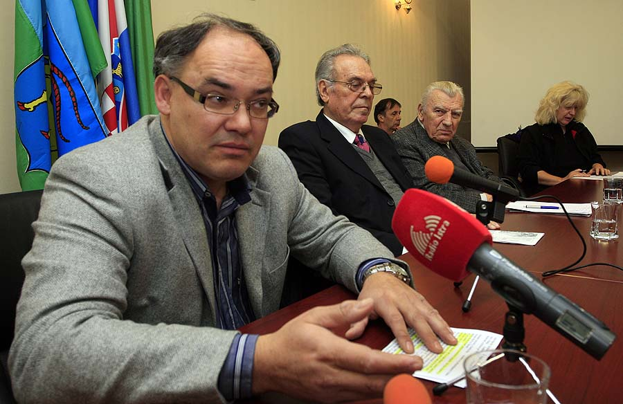 """Pula, 150211.Predstavnici SAB-a Miljenko Bencic (potpredsjednik SAB-a RH), Tomo Ravnic (predsjednik SAB-a  Istarske zupanije) i Damir Kajin,  saborski zastupnik IDS-a, u prostorijama Skupstine Istarske zupanije u Pazinu odrzali su press konferenciju na temu """"Napad institucija na tekovine antifasizma.""""Foto: Goran Sebelic / CROPIX"""