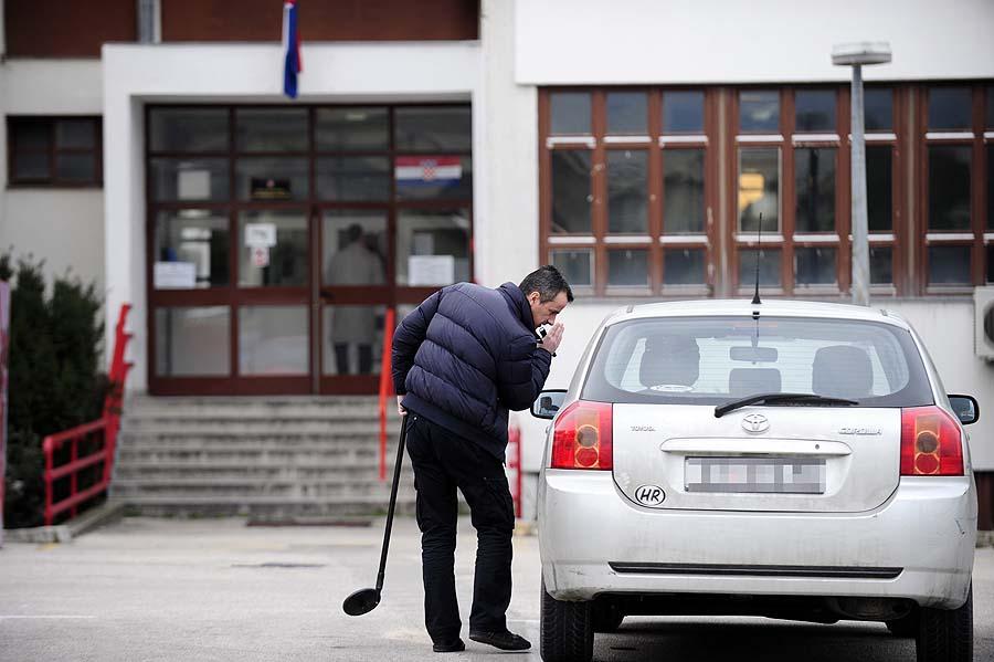 Split, 160211.Opcinski sud na Dracevcu je ispraznjen oko 9 h nakon dojave o podmetnutoj bombi. Nakon dojave policija je izasla na teren i pocela pretragu zgrade i parkiralista.Foto: Nikola Vilic / CROPIX