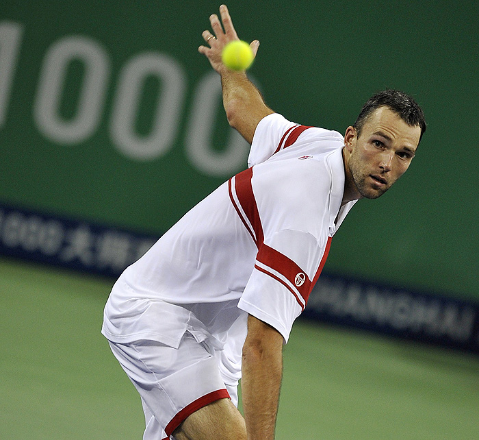 Ivo Karlovic of Croatia hits a return against US tennis player James Blake during their first round match at the ATP Shanghai Masters tennis tournament in Shanghai on October 12, 2009.  Blake won 3-6, 7-6, 6-3.  AFP PHOTO / PHILIPPE LOPEZ