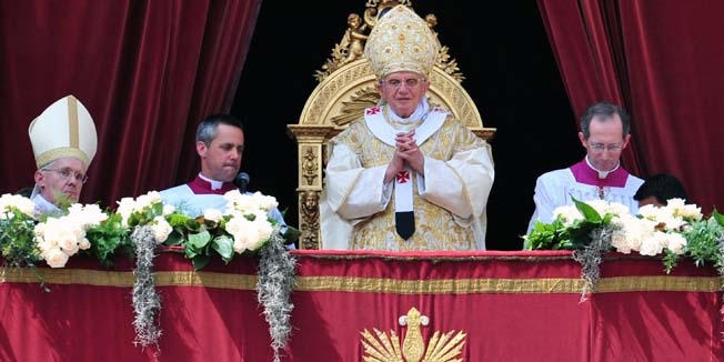 Pope Benedict XVI (C) delivers the Urbi and Orbi message and blessing to faithful after the Easter Holy Mass on April 24, 2011 at St Peter's square at The Vatican.    AFP PHOTO / ALBERTO PIZZOLI
