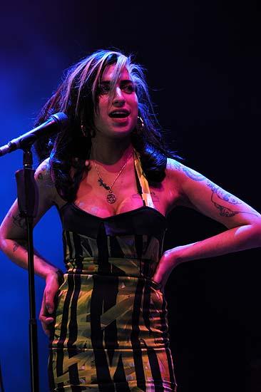 Beograd, 180611.Europsku turneju pjevacica Amy Winehouse pocela je skandalom na Kalemegdanu gdje ju je publika izvizdala. Amy je umjesto pjevanja preko sat vremena na pozornici u vidno alkoholiziranom stanju mumljala. Foto: Blic / CROPIX