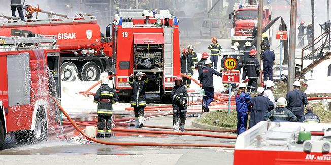 Zagreb, 200611.Oko 10.30 sati izbio je pozar u Rafineriji nafte Sisak. Evakuirani su radnici iz rafinerije i dio stanovnistva najblizi Rafineriji, jer se pozar opasno priblizio postrojenjima za preradu nafte i spremnicima koje rafinerijski radnici nastoje zaustaviti i zastiti hladjenjem. Na slici: vatrogasci gase pozar.Foto: Ranko Suvar / CROPIX