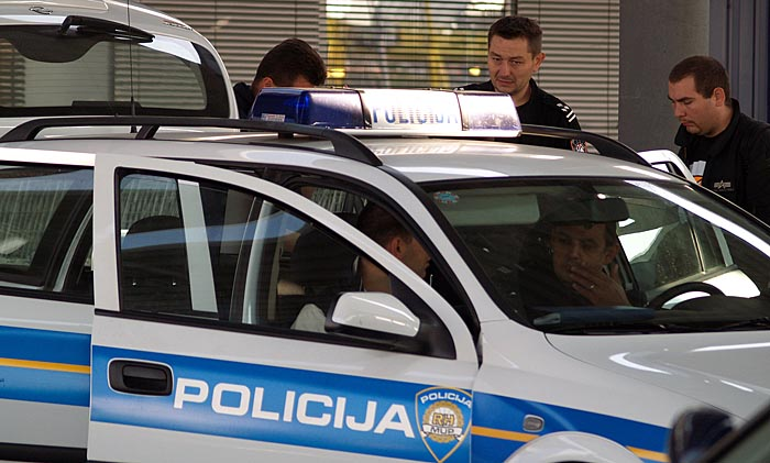 zagreb 300906sesvete ljubljanska metrooruzana pljacka sokol maricna slici u sredini zastitar kojega su opljackaliocevid policijafoto neja markicevic-crn-