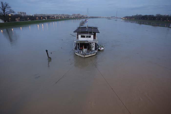 Zagreb, 081210.Most Slobode.Sava se ponovno izlila iz svoga korita.Foto: Nenad Dugi/ CROPIX