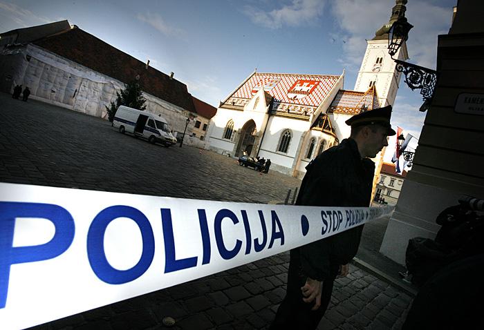 Zagreb, 081208.Crni Yugo 45 zagrebackih registarskih tablica zabio se oko 14 sati u jedan od dva ulaza u zgradu Sabora na Markovom trgu. Cijeli Markov trg je ogradjen i ispraznjen od automobila. Rijec je o ulazu 7 kojim se koriste iskljucivo zastupnici i duznosnici. Crni jugo trenutacno se nalazi na sredini Markova trga bez vozaca sa podignutom haubom od motora i prtljaznika, dok je branik na zemlji. Registracija Yuga je ZG 497 GT. Foto: Damjan Tadic / CROPIX
