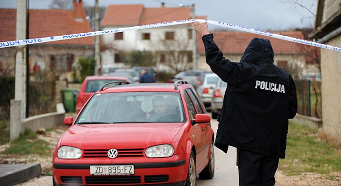 Zadar, 200210.U selu Skabrnja pokraj Zadra pronadjena je mrtva 15-godisnja djevojka. Uzrok smrt zasad nije poznat. Policijska istraga je u tijeku.Foto: Andrija Lucic / CROPIX